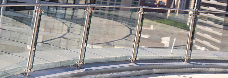Нержавеющие ограждения со стеклом и стойками
